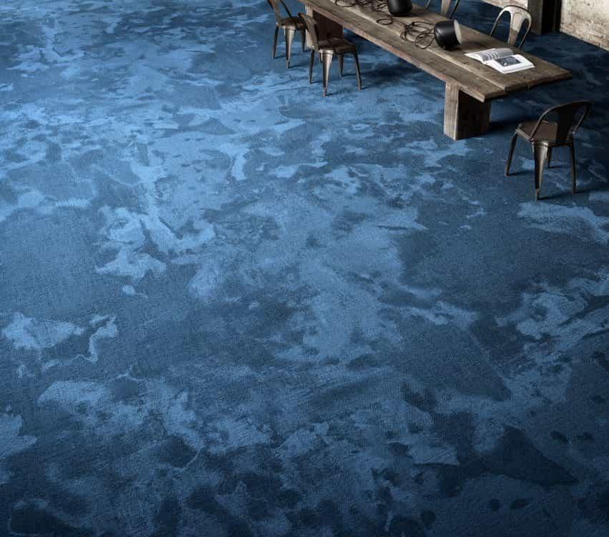 Una alfombra azul con aspecto de mármol