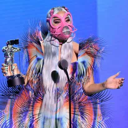 """Lady Gaga equipos mascarilla de color rosa con el vestido de Iris van Herpen """"otro mundo"""" en los VMA 2020"""
