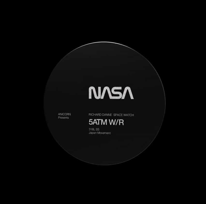 La obra de arte cuenta con un disco circular de la NASA