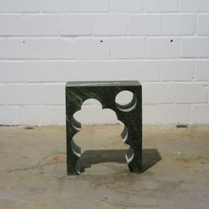 Anima Ona reutiliza lápida de desecho para mesas auxiliares escultóricas