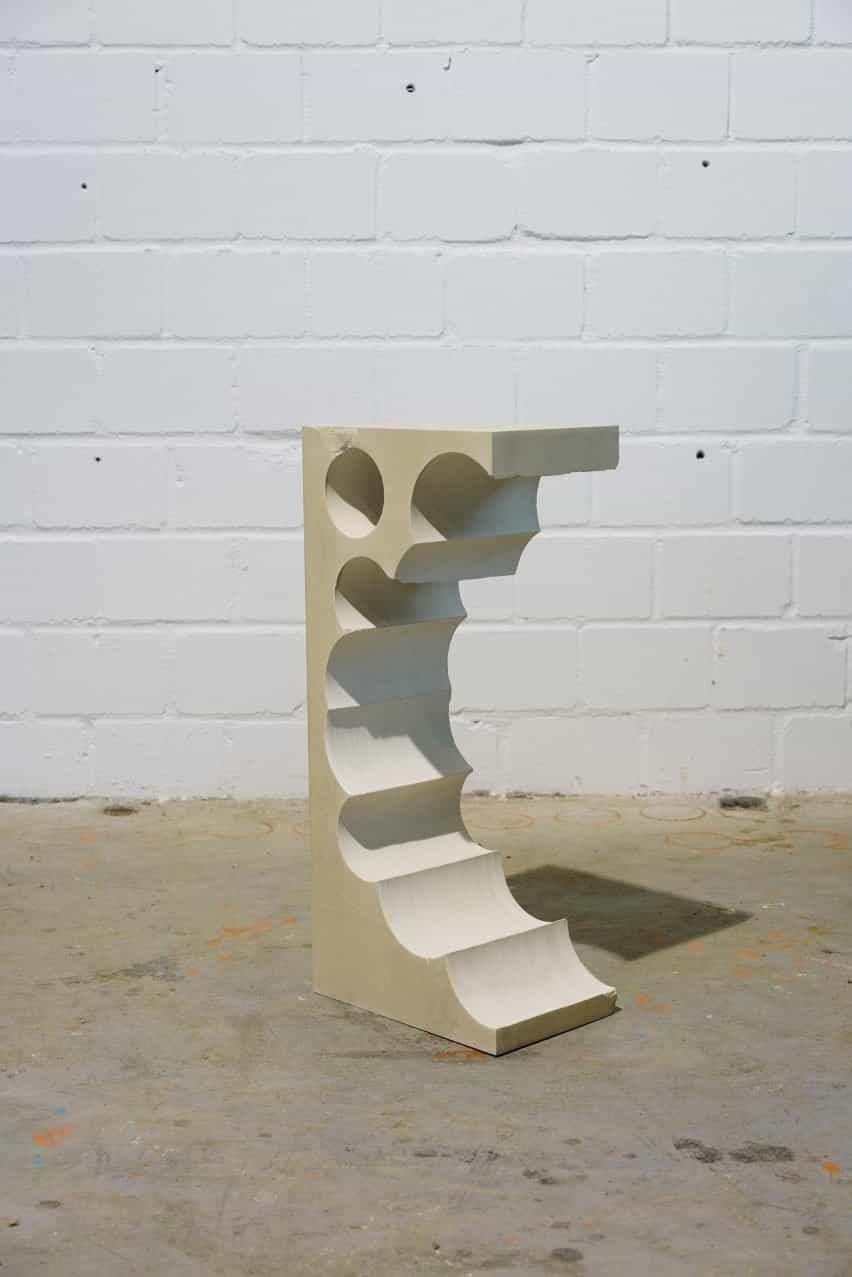 Mesa auxiliar de piedra caliza alta Teil 1 con formas cilíndricas extraídas de un lado