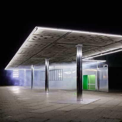 Wandler crea una instalación reflectante en una gasolinera abandonada durante la Semana de la Moda de Ámsterdam