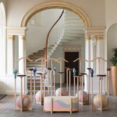 Ene Hendzel Studio combina cerámica, cobre batido y plástico reciclado para stands hotel de valet