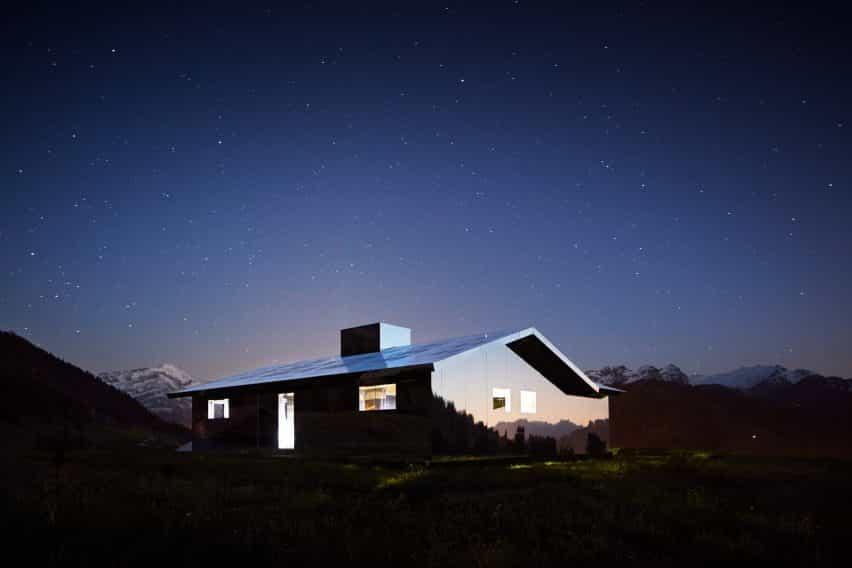 Mirage Gstaad refleja la construcción de la instalación de arte por Doug Aitken en Suiza por la noche