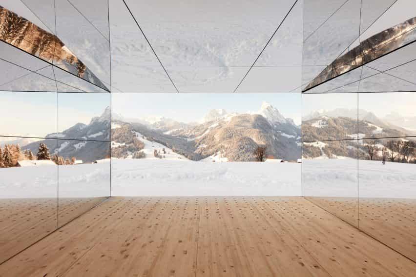 Mirage Gstaad refleja la construcción de la instalación de arte por Doug Aitken en Suiza desde el interior
