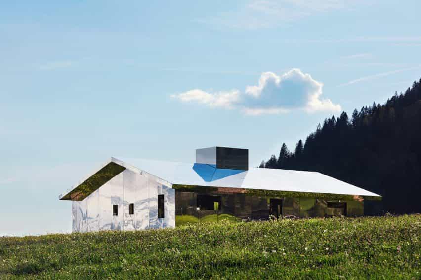 Mirage Gstaad refleja la construcción de la instalación de arte por Doug Aitken en Suiza en el verano