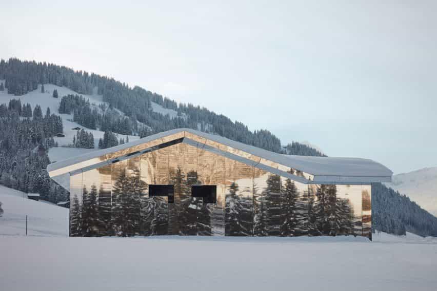 Mirage Gstaad refleja la construcción de la instalación de arte por Doug Aitken en Suiza en invierno