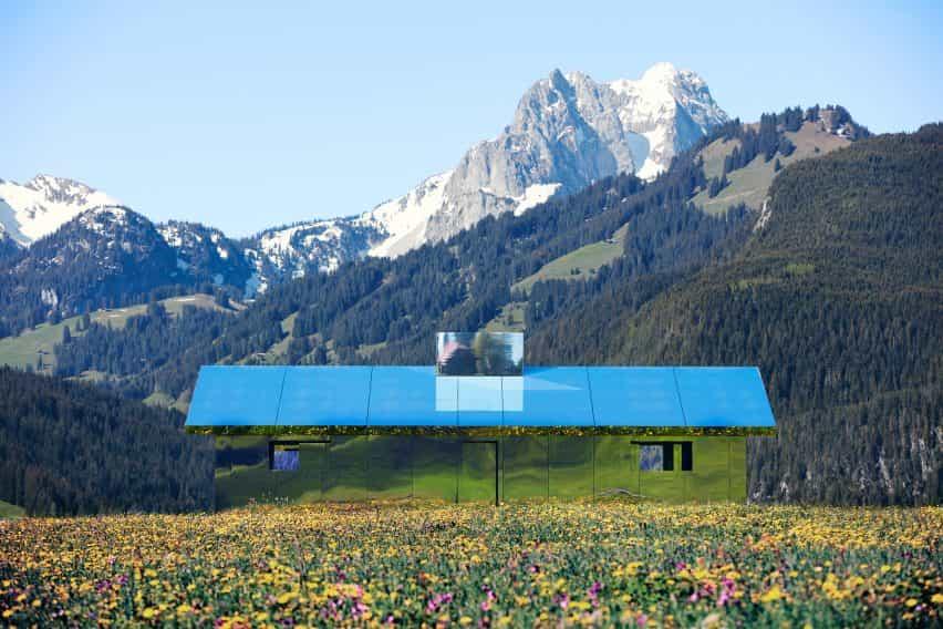 Mirage Gstaad refleja la construcción de la instalación de arte por Doug Aitken en Suiza en primavera