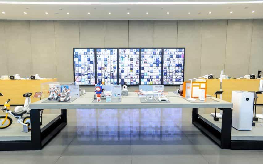 Interior de la tienda insignia xiaomi en Shenzhen