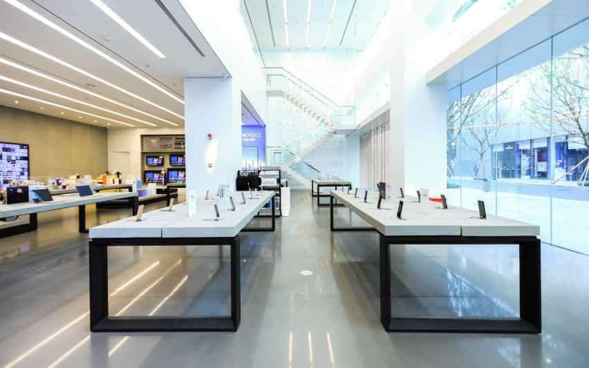 Mesas blancas dentro de la tienda insignia de Xiaomi