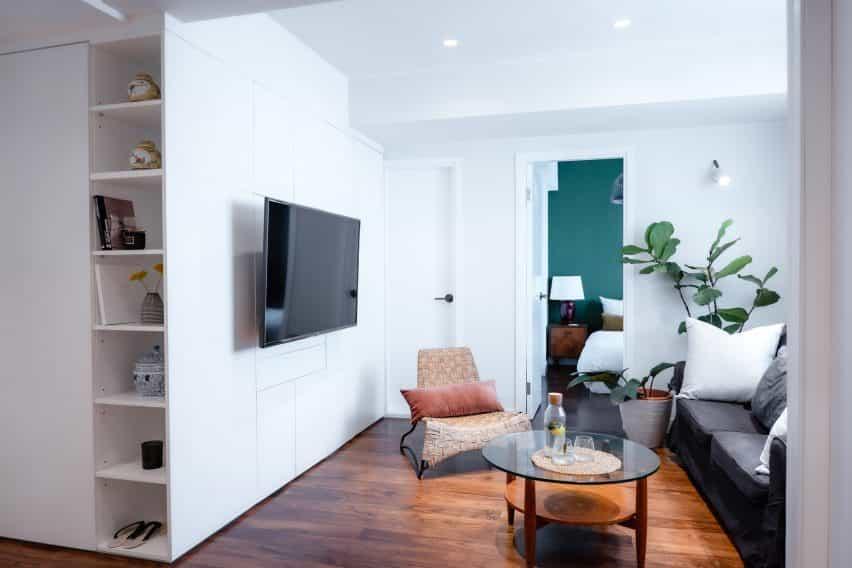 Suelos de madera en piso blanco con pared de acento verde
