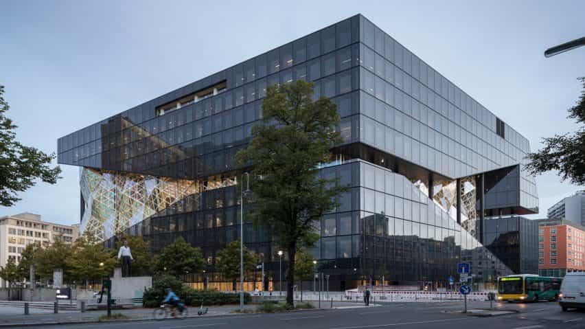 El exterior de la construcción de Axel Springer por OMA en Berlín, Alemania