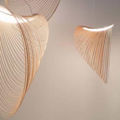 Zsuzsanna Horvath hace lámparas de madera contrachapada de corte por láser