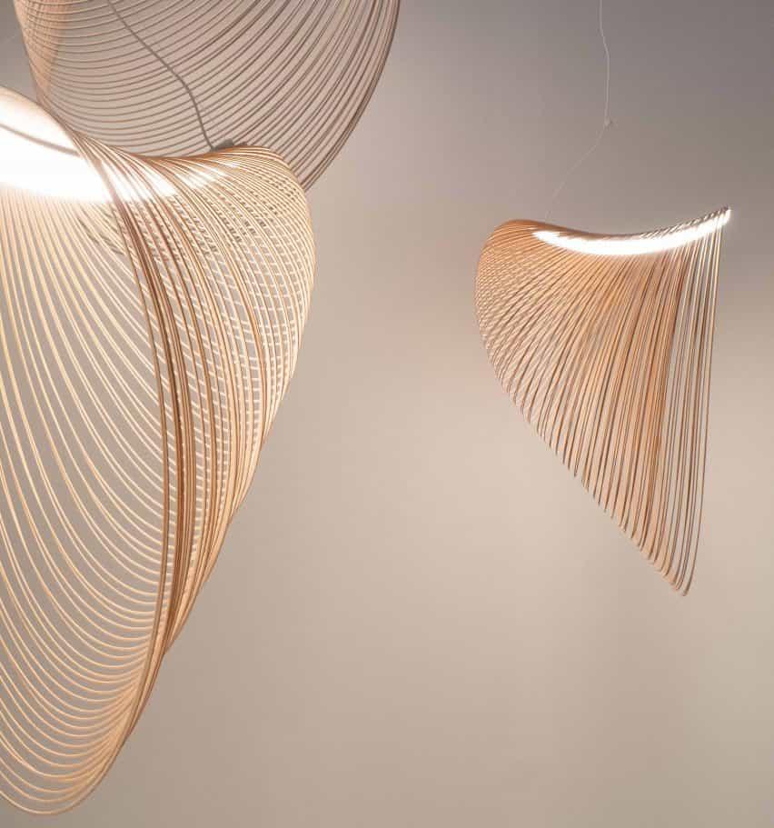 Tres tamaños de luz colgante de Illan diseñados por Zsuzsanna Horvath desde la madera contrachapada de abedul