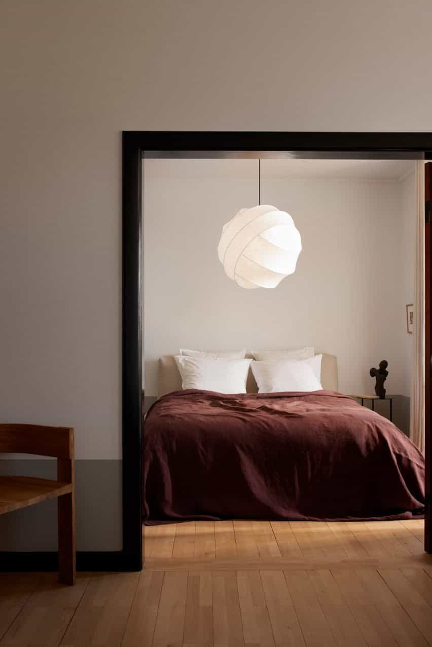 Luz Turner colgando en un dormitorio