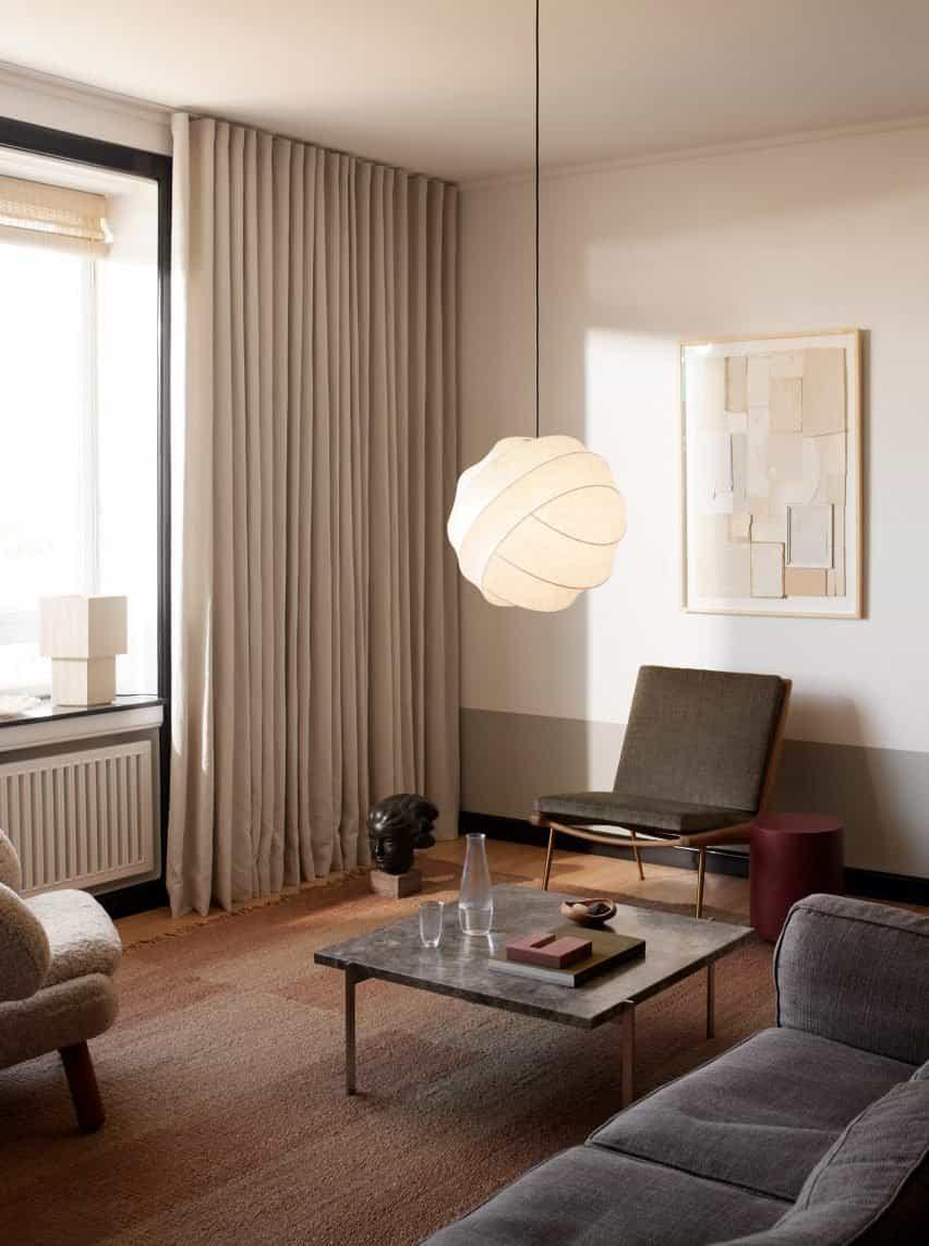 Una luz blanca en el interior de una sala de estar gris