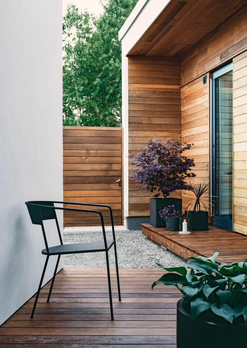 Silla Arholma de Alexander Lervik para Skargaarden en una cubierta de jardín