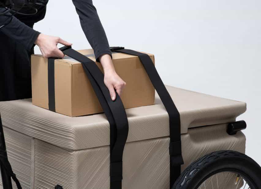 Caja de cartón atada a la caja de transporte de ZUV