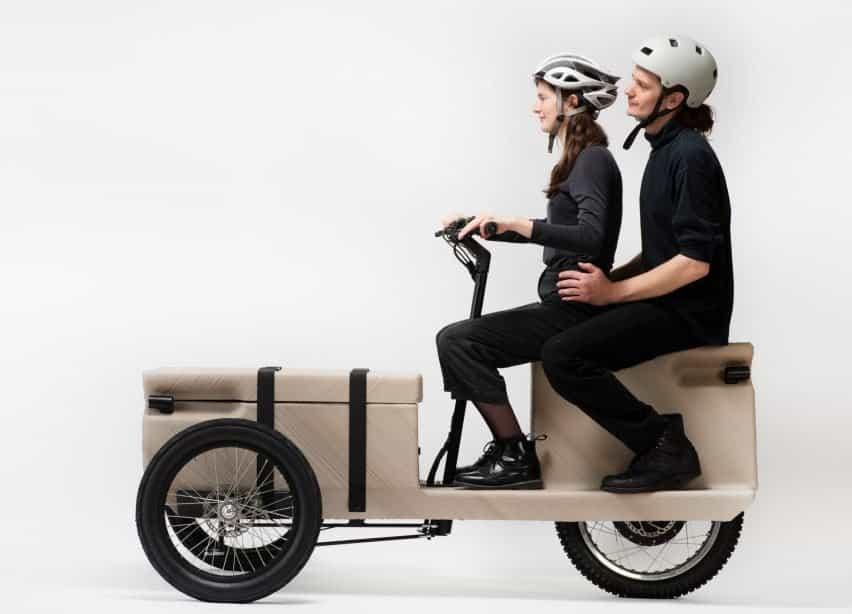 Dos personas sentadas en una bicicleta impresa en 3D por EOOS NEXT