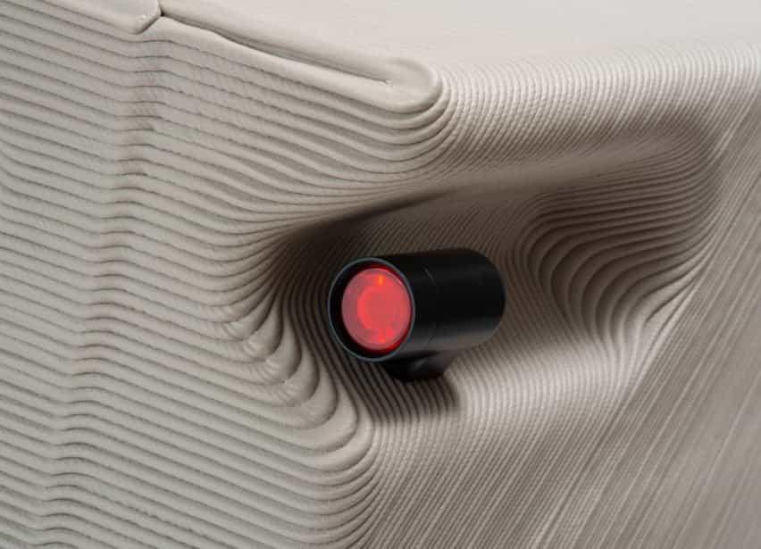 Primer plano de las luces traseras del triciclo ZUV impreso en 3D