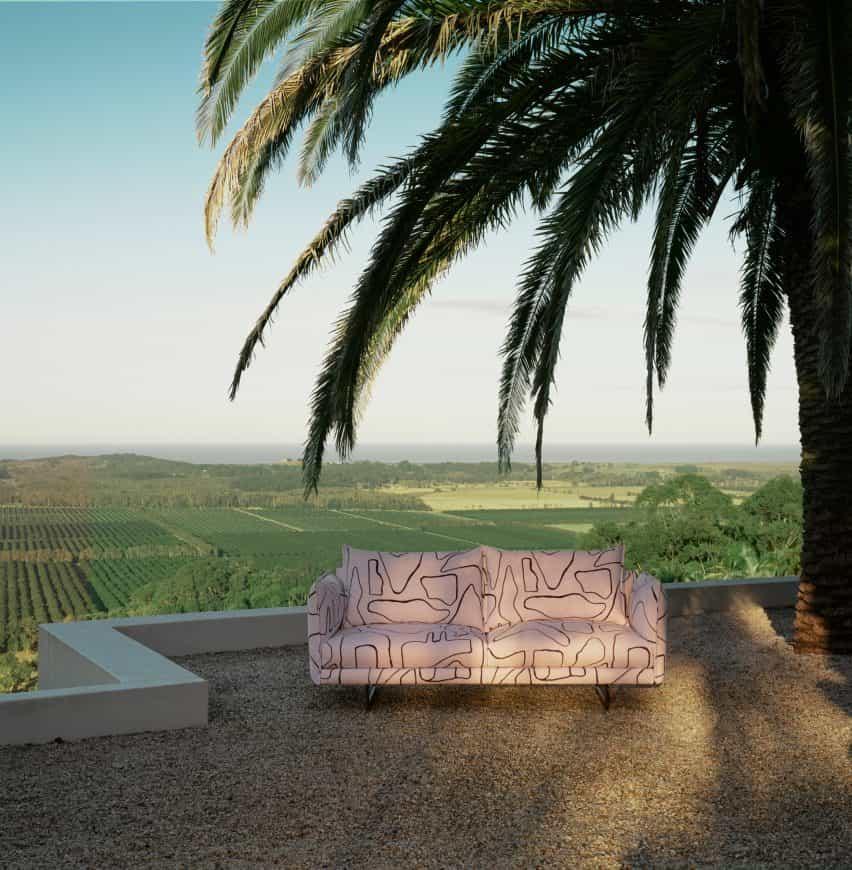 Zaza sofá al aire libre de Charles Wilson para King Living en una terraza