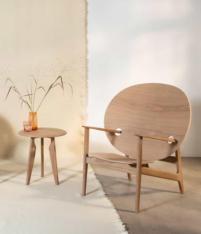 Iklwa silla y mesa por Mac Collins por Benchmark