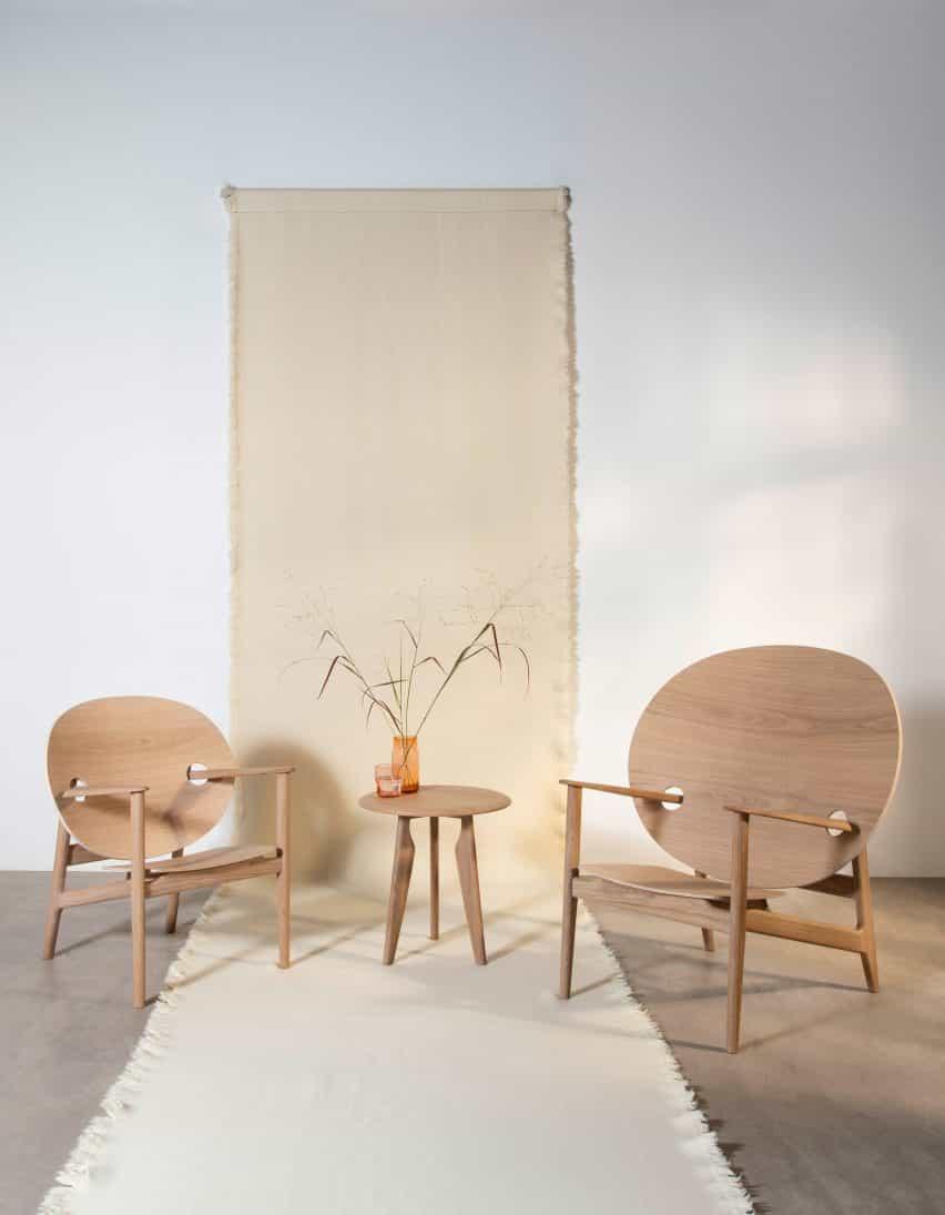 sillas Iklwa Mac Collins y mesa en aceite blanco