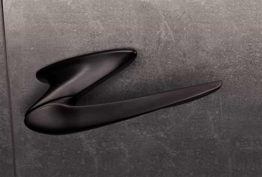 Manija negra de la puerta Nexxa por Zaha Hadid Architects e Izé