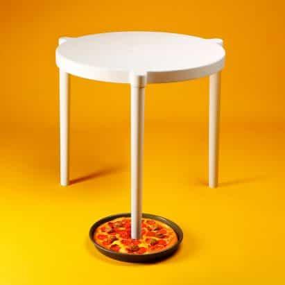 IKEA y Pizza Hut colaboran para crear la versión de tamaño completo de la pizza mesa de cuadro