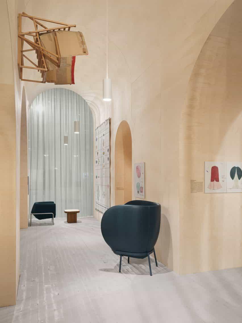 diseño de Londres dúo Doshi Levien construyó una serie de espacios interconectados llenos de versiones escaladas en marcha de los modelos realizados en su estudio para este año la Feria del Mueble de Estocolmo y luz.