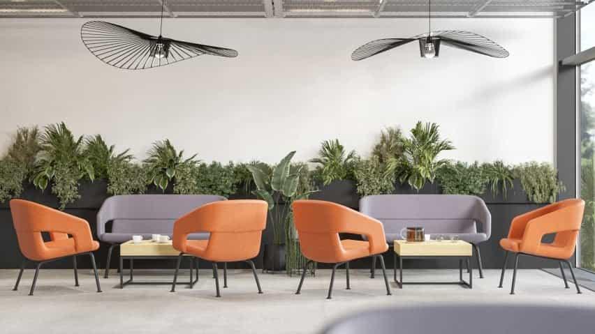 Asientos Narbutas con respaldo bajo en naranja y morado dentro de un ambiente informal de café
