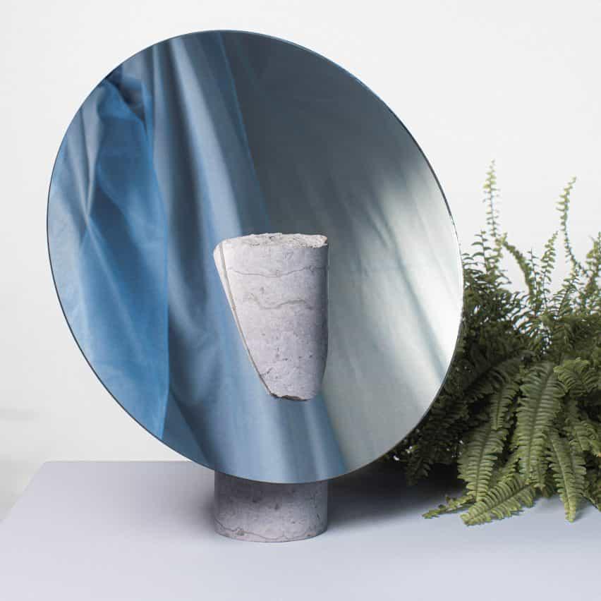 Reflejar espejo por Hanna-Liisa Haukka en piedra caliza