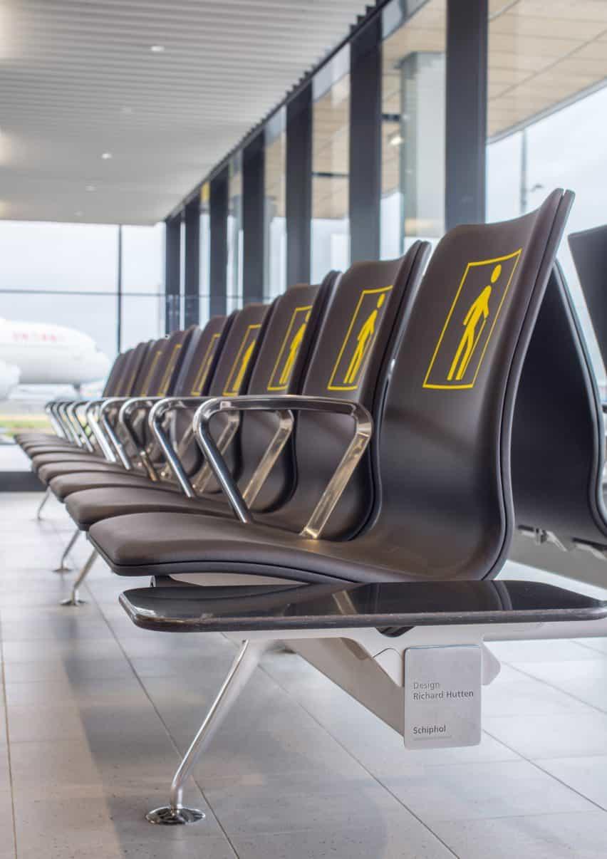 Richard Hutten se derrite viejas sillas de aeropuerto Schiphol de un nuevo sistema de asientos con Lensvelt