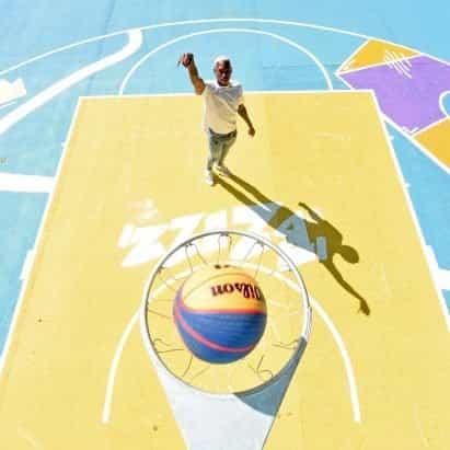 Cancha de baloncesto de Summerfield Park actualizada con murales coloridos y patrones geométricos