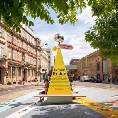 Mirrorball tapas del poste wayfinding colorido para el Festival de Arquitectura de Londres