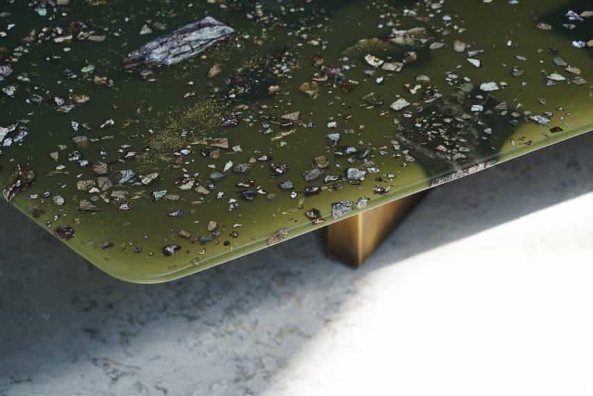Fragmentos de la Avenida tablas T Sakhi se realizan con resina, polvo de bronce y mármol