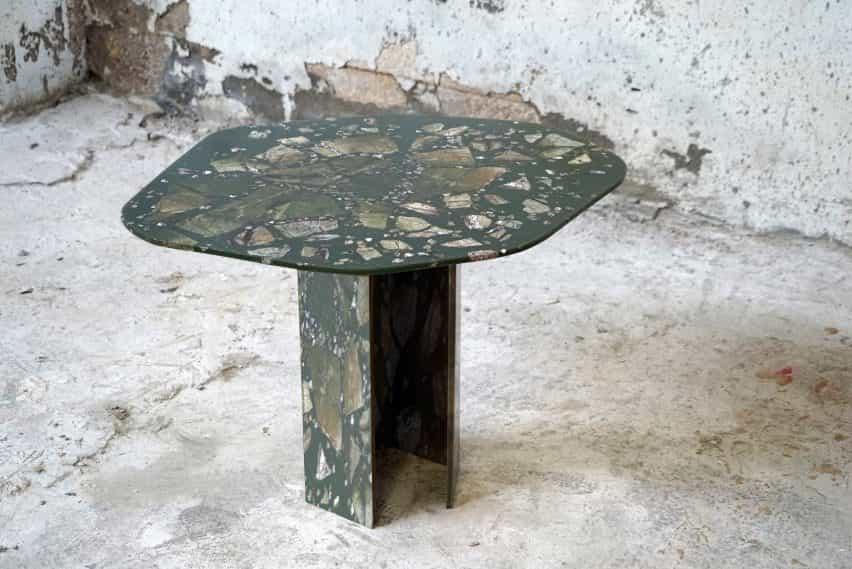 Una pequeña mesa de la colección de la Avenida Los fragmentos de T Sakhi
