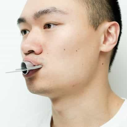 Yangyang Ding diseña herramientas de metal para ayudar a los hablantes de mandarín pronuncian los sonidos en inglés