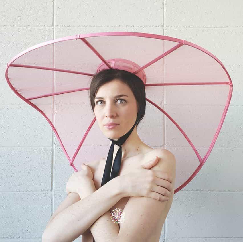 Estructura de distanciamiento social sombreros de Verónica Toppino son una expresión de la extravagancia blindado
