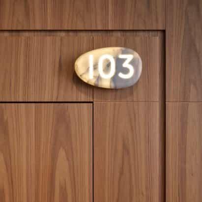 Philippe Starck y Lualdi crean un sistema de puertas inteligente para hoteles