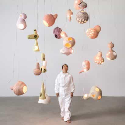 Yuko Nishikawa hace que las luces amorfos a partir de conchas de arcilla y papel
