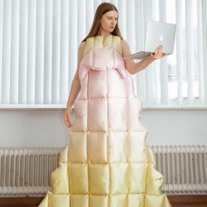 Santa Kupča crea vestidos de estilo edredón para videollamadas durante el bloqueo