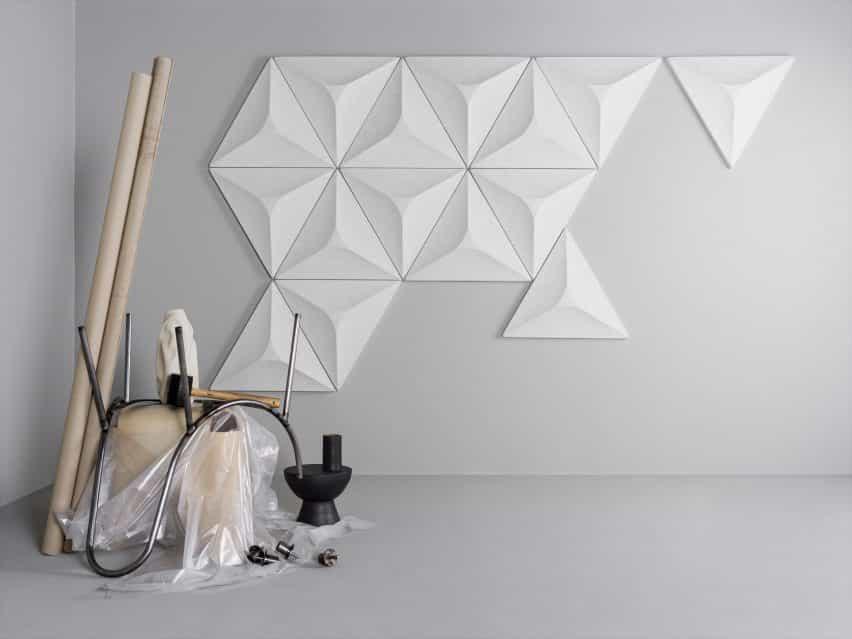 Un grupo de paneles acústicos geométricos blancos