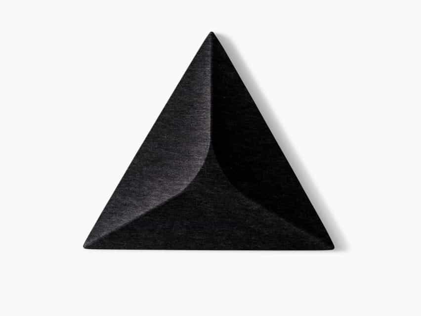 Un panel acústico triangular en negro