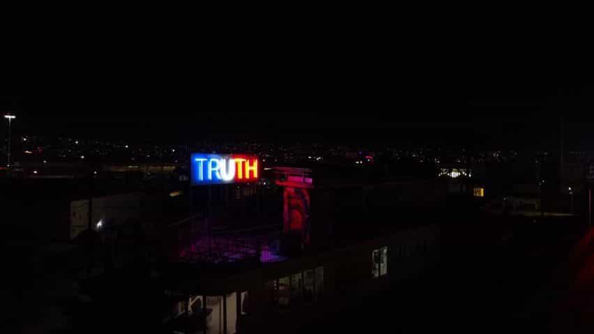 VERDAD / LIE luces de neón de colores Stefan Brüggemann de la bandera americana
