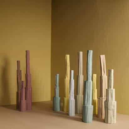 Paola Paronetto cosechadoras de papel y arcilla para crear vasos delicados