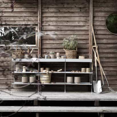 Serie toma 1940 minimalistas del sistema de estanterías aire libre