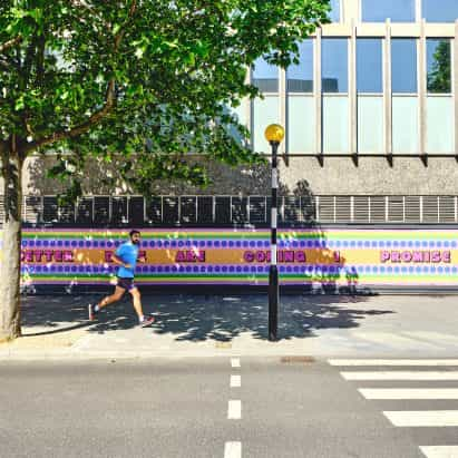 Yinka Ilori crea mensaje de esperanza en apoyo de NHS