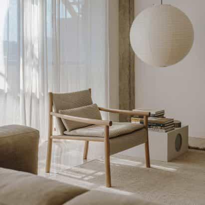 Los sillones envolventes y las sillas de oficina ligeras de Arper aparecen en Dezeen Showroom