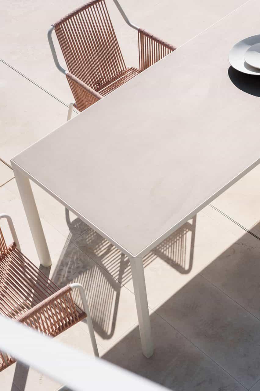 Mesa al aire libre Plein Air en color claro de Michael Anastassiades